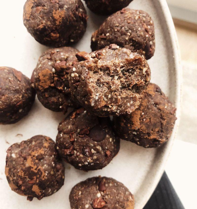 Frysta raw choklad- och mintkrokantbollar